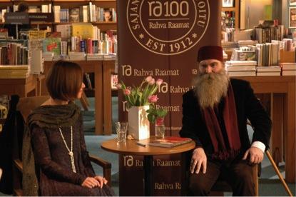 """Armastatud tähetark Igor Mang loeb Katrin Saali Sauli raamatut """"Naiseks olemise kunst""""."""